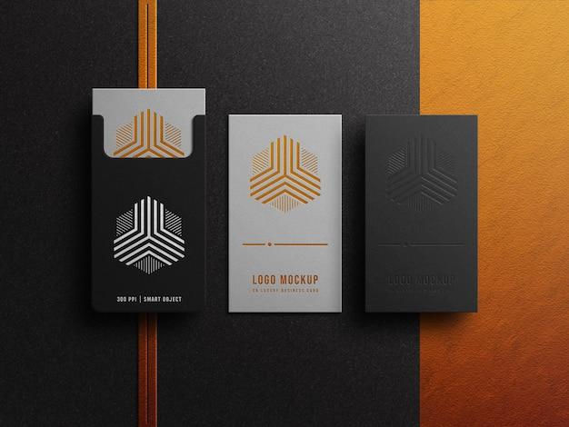 Luxus-logo-modell auf visitenkarte mit gold- und silbereffekt