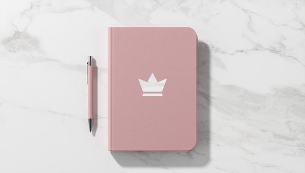 Luxus-logo-modell auf weißem marmorhintergrund des rosa tagebuchs