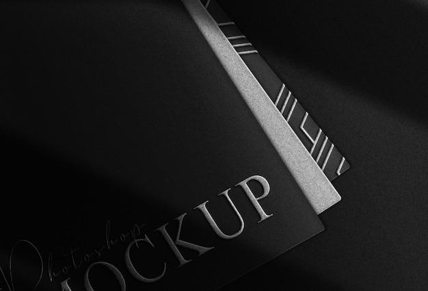 Luxus-silber geprägtes logo mockup schwarzer kartenstapel