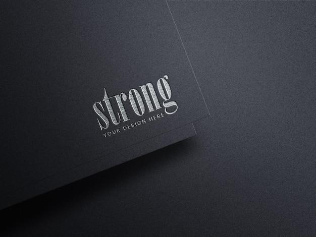 Luxus-silberfolien-logo-modell auf schwarzem kraftpapier