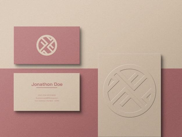 Luxus-visitenkarte aus bastelpapier mit geprägtem logo-modell