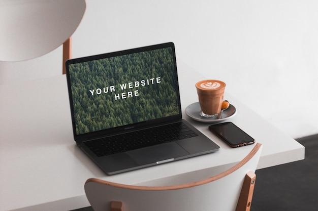 Macbook auf dem tischmodell