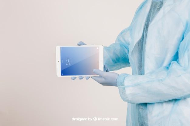 Machen sie sich mit den händen eines chirurgen, die eine tablette halten