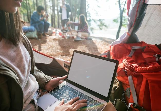 Mädchen, das laptop-kopien-raum-konzept schreibt