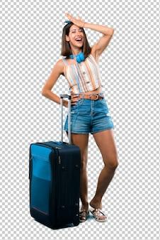 Mädchen, das mit ihrem koffer reist, hat gerade etwas realisiert und beabsichtigt die lösung