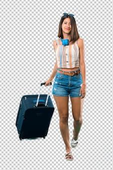 Mädchen, das mit ihrem koffergehen reist. bewegungsgeste.