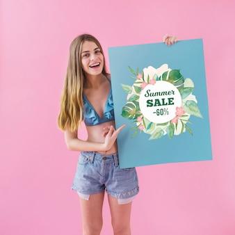 Mädchen, das sommerschlussverkaufplakat zeigt