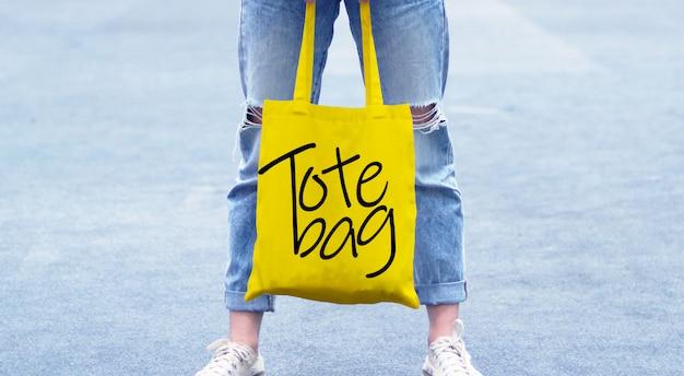 Mädchen, das taschen-tasche auf straßen-modell hält