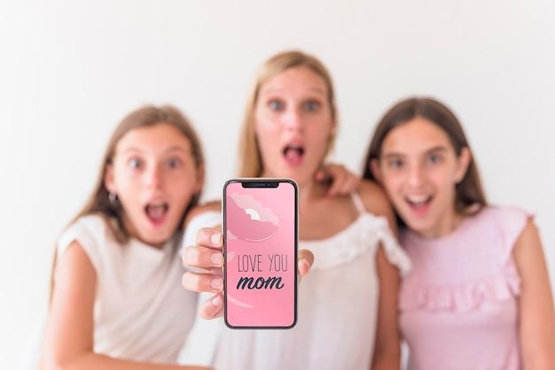 Mädchen, die smartphonemodell für muttertag darstellen