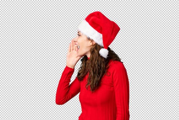 Mädchen mit weihnachtshut schreiend mit weit offenem mund
