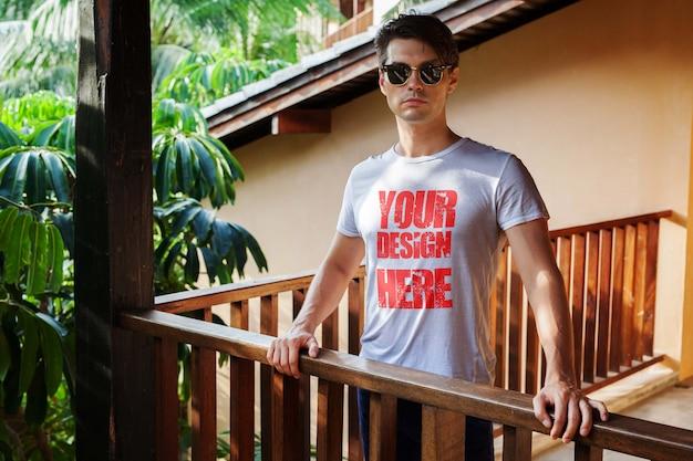 Männer im tropischen t-shirt mock up