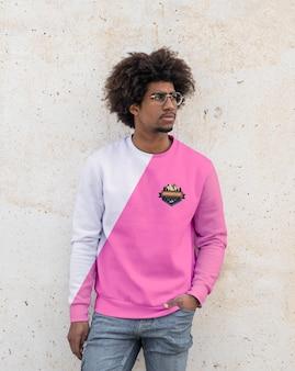 Männlicher tragender hoodie im freien