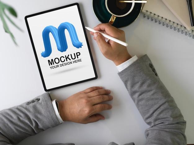 Männlicher unternehmer mit mock-up-digital-tablet