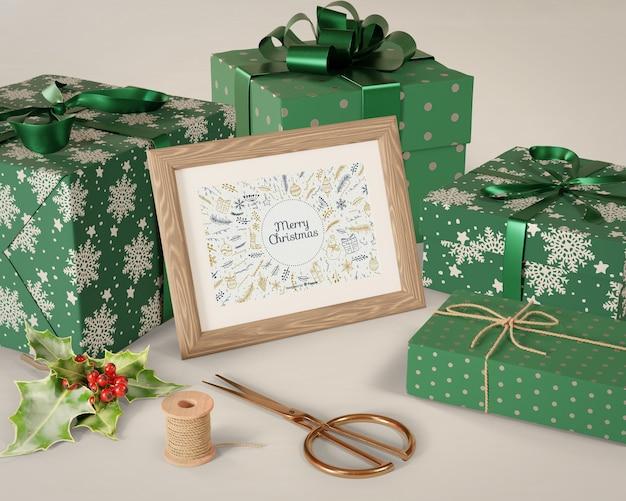 Malerei auf tabelle neben eingewickelten geschenken