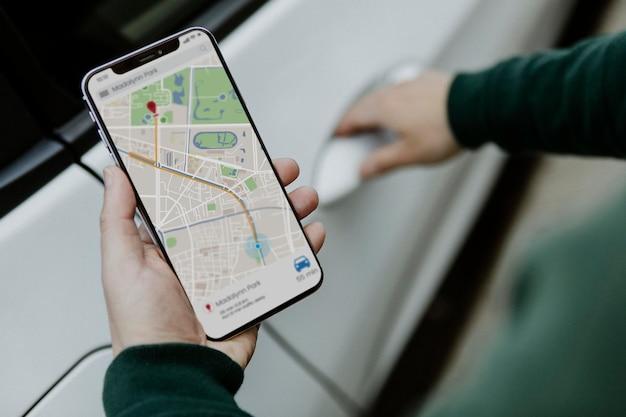 Mann, der auf seinem smartphone eine karte anschaut