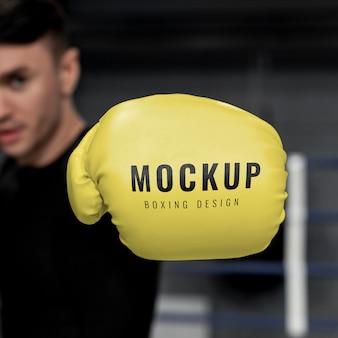 Mann, der boxhandschuhe modell für training trägt