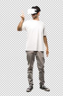 Mann, der die vr-gläser berühren auf transparentem bildschirm verwendet