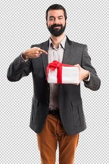 Mann, der ein geschenk hält