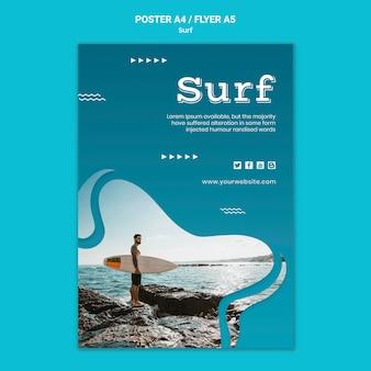 Mann, der ein surfbrettplakat hält