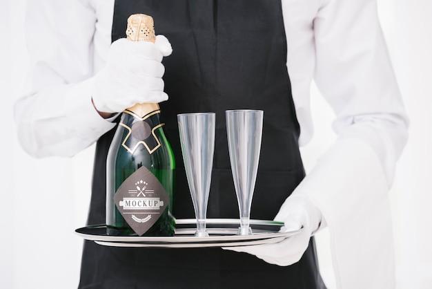 Mann, der eine flasche champagner hält