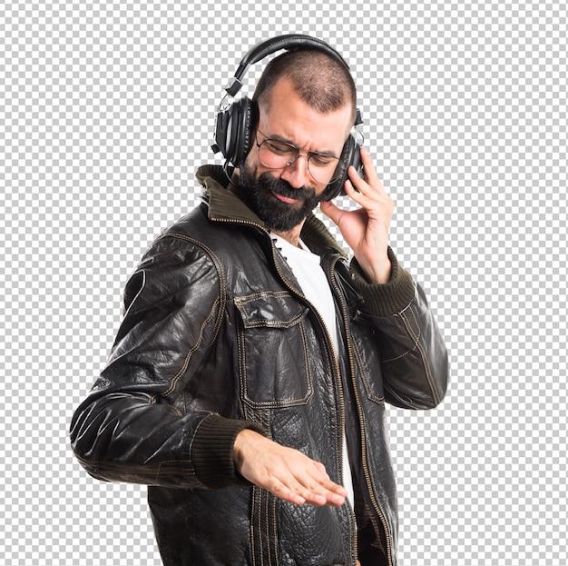 Mann, der eine hörende musik der lederjacke trägt