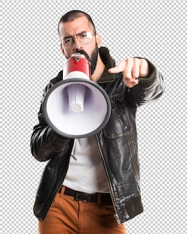 Mann, der eine lederjacke schreit durch megaphon trägt