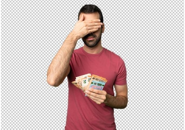 Mann, der eine menge geldbedeckung durch hände nimmt. ich will nichts sehen