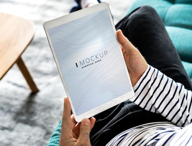 Mann, der eine tablette mit einem bildschirmmodell verwendet