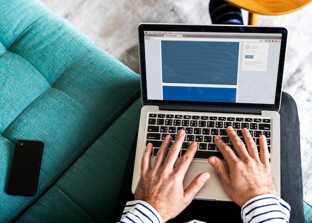 Mann, der laptop für arbeit verwendet