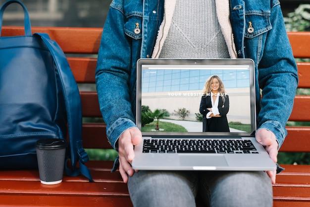 Mann, der laptop-modell darstellt
