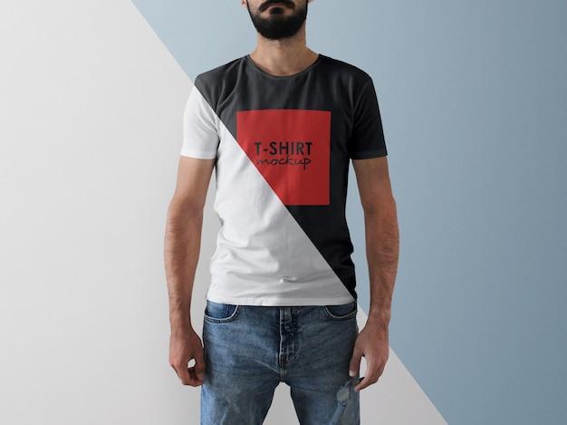Mann, der t-shirt modell mit bearbeitbarer farbe trägt