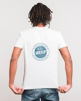 Mann, der t-shirt modell trägt
