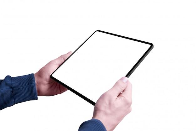 Mann, der tablette mit lokalisiertem und bildschirm für modell hält