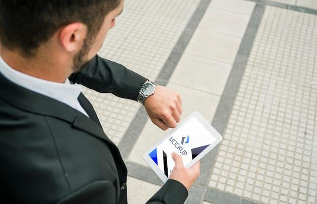 Mann, der tablette mit modellschablone hält