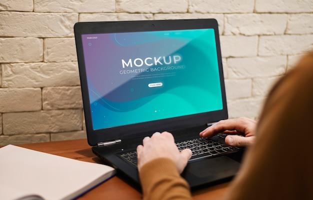 Mann, der von zu hause aus arbeitet, während er den laptop benutzt
