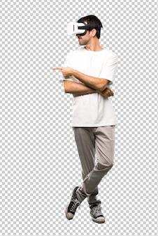 Mann, der vr-gläser zeigt, die finger auf die seite zeigen