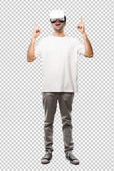 Mann, der vr-gläser zeigt, die mit dem zeigefinger eine großartige idee zeigen und oben schauen
