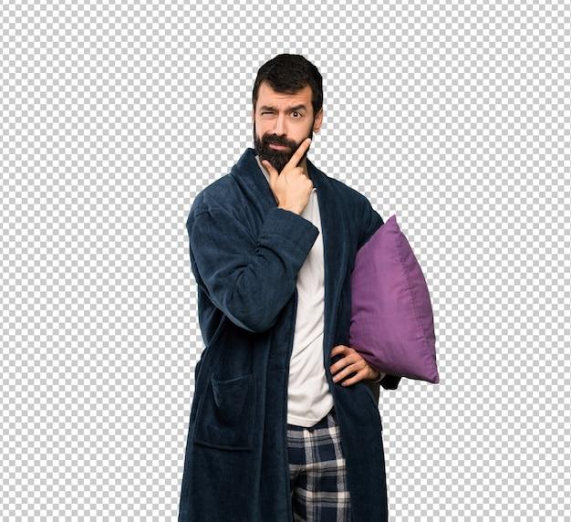 Mann mit bart beim pyjamadenken
