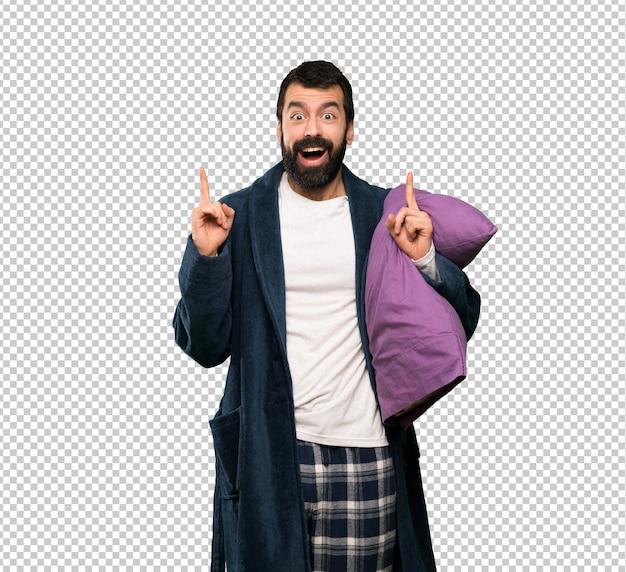 Mann mit bart im pyjama zeigt eine großartige idee