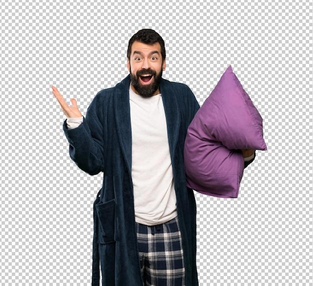 Mann mit bart im schlafanzug mit entsetztem gesichtsausdruck