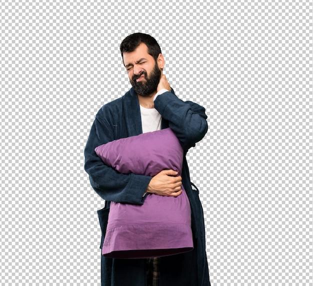 Mann mit bart im schlafanzug mit nackenschmerzen