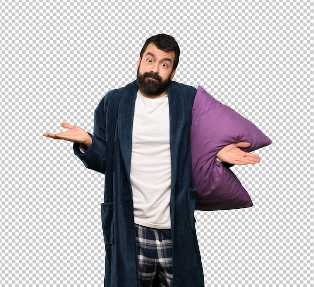 Mann mit bart in den pyjamas, die beim anheben der hände zweifel haben