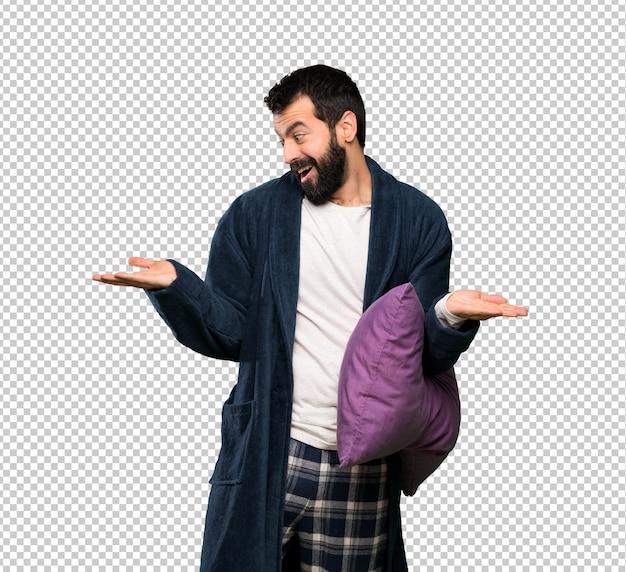 Mann mit bart in den pyjamas, die copyspace mit zwei händen halten