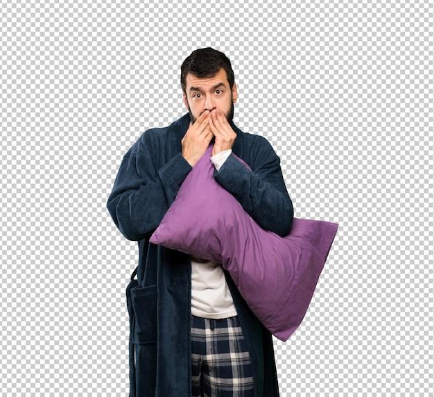 Mann mit bart in den pyjamas, die mund mit den händen bedecken