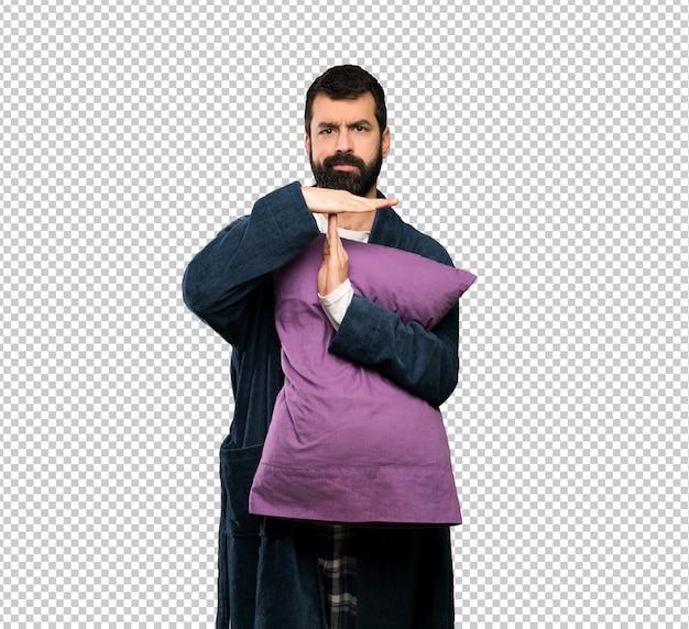 Mann mit bart in den pyjamas, die zeit heraus bilden, gestikulieren