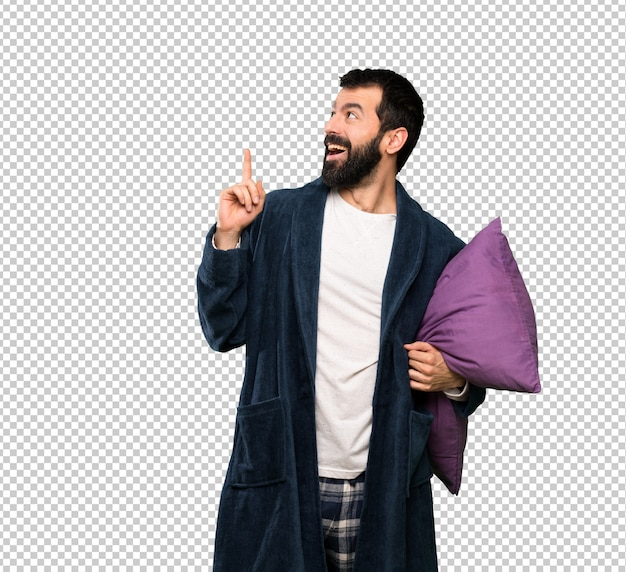 Mann mit bart in den pyjamas eine idee denkend, die oben den finger zeigt