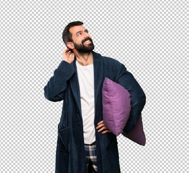 Mann mit bart in den pyjamas eine idee denkend