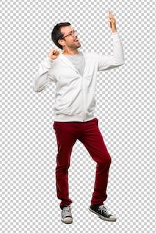 Mann mit brille und hörender musik genießen es zu tanzen, während sie auf einer party musik hören