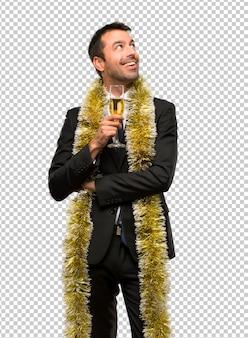 Mann mit dem champagner, der das neue jahr 2019 steht feiert und eine idee denkt