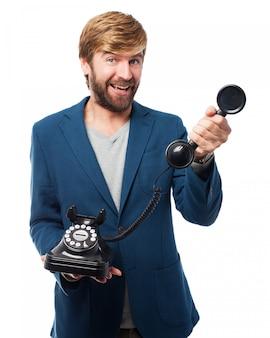Mann mit einem telefon aus dem schneider